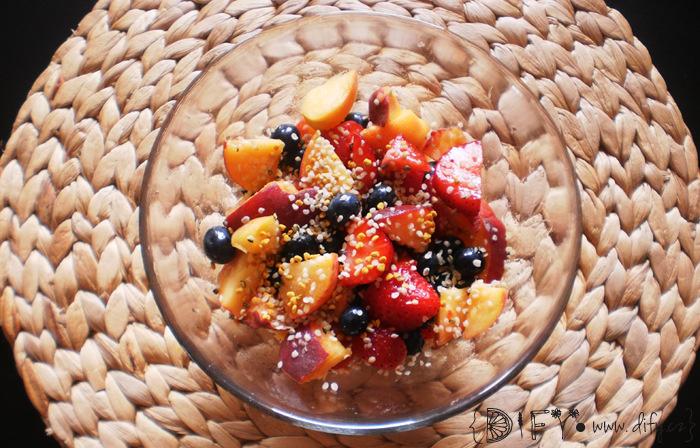 Rychlý ovocný salát z broskve, jahod a borůvek