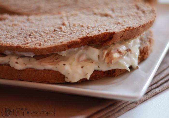 Celozrnný sendvič plněný kuřecím masem a tzatziki