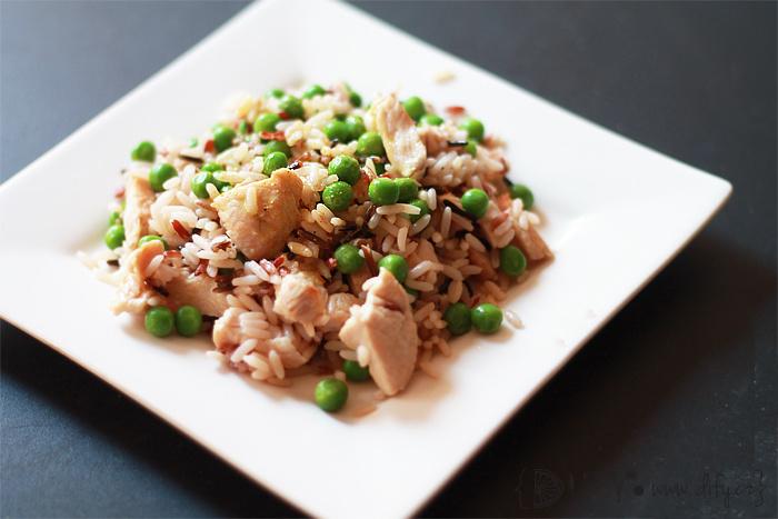 Barevná rýže s krůtím masem, hráškem a studenou kari omáčkou