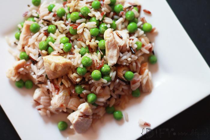 Barevná rýže s krůtím masem, hráškem a jogurtovou kari omáčkou