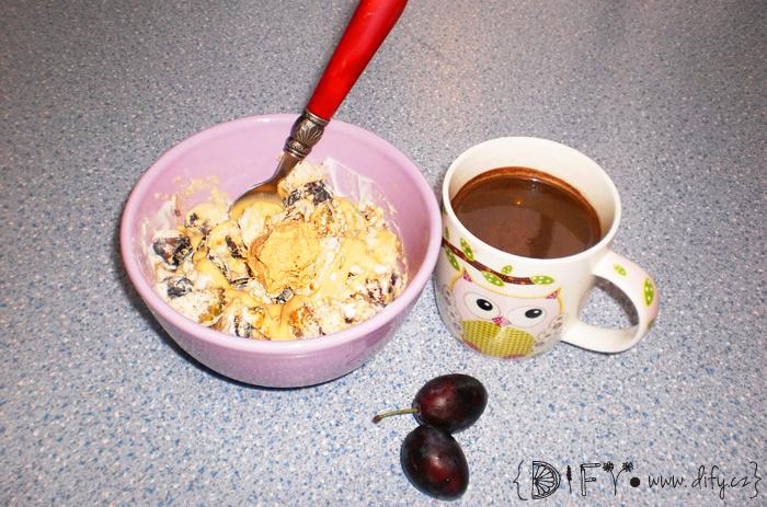 Jednoduchá snídaňová mistička s karobovým nápojem