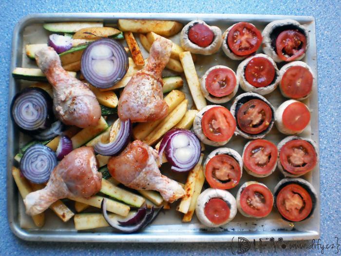 Sváteční plech s kuřecími stehýnky, bramborovými a cuketovými hranolkami a plněnými žampiony
