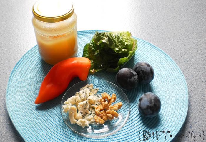 Originální švestkový salát s nivou a ořechy - recept