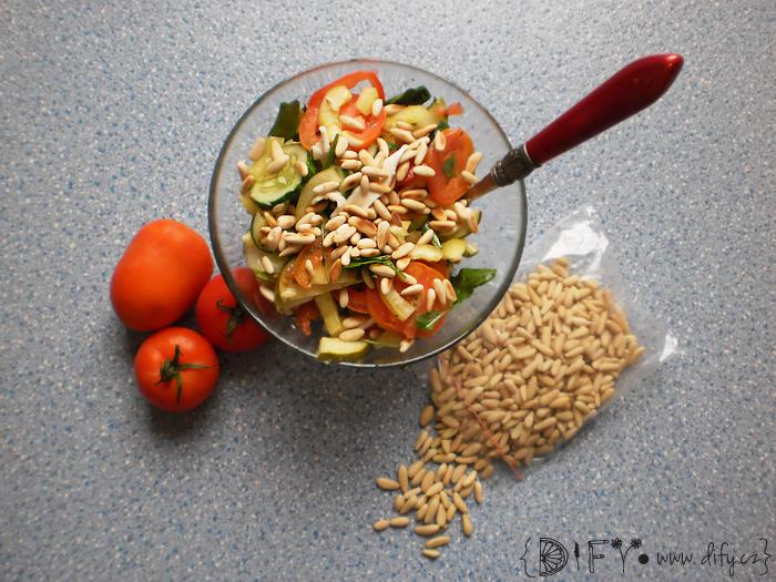 Čerstvý salát ze svěží zeleniny