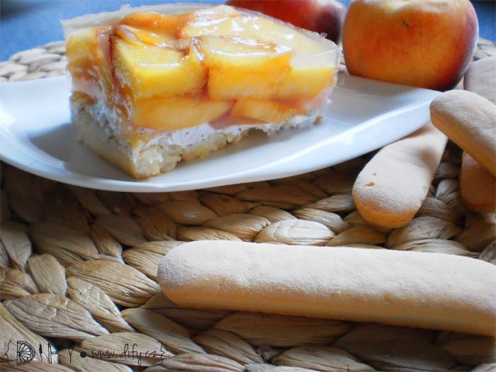 Zdravý piškotový dort s broskvemi a agarem