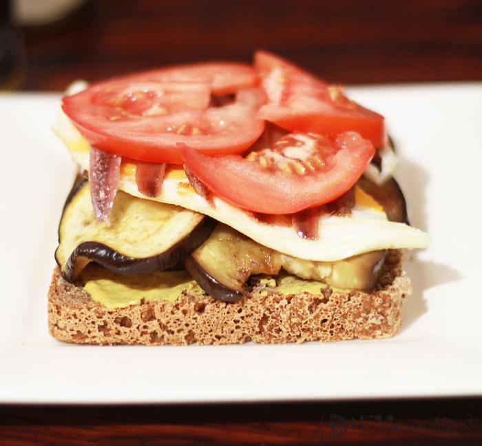 Přprava domácího sendviče s vajíčkem, zeleninou a ančovičkami