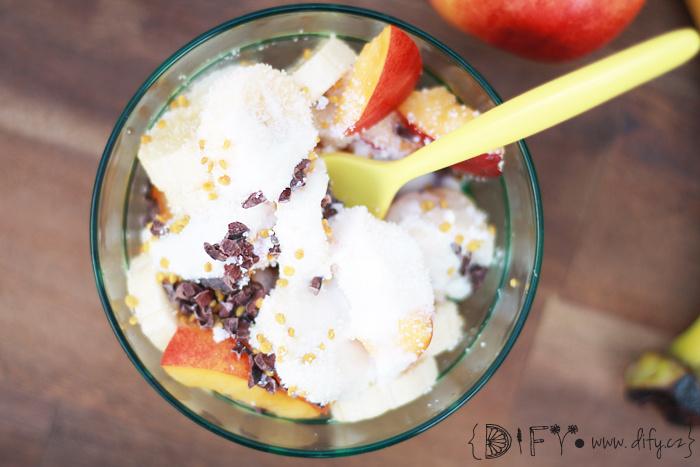 Jednoduchý ovocný salát s kokosem a včelím pylem a jogurtovou zálivkou