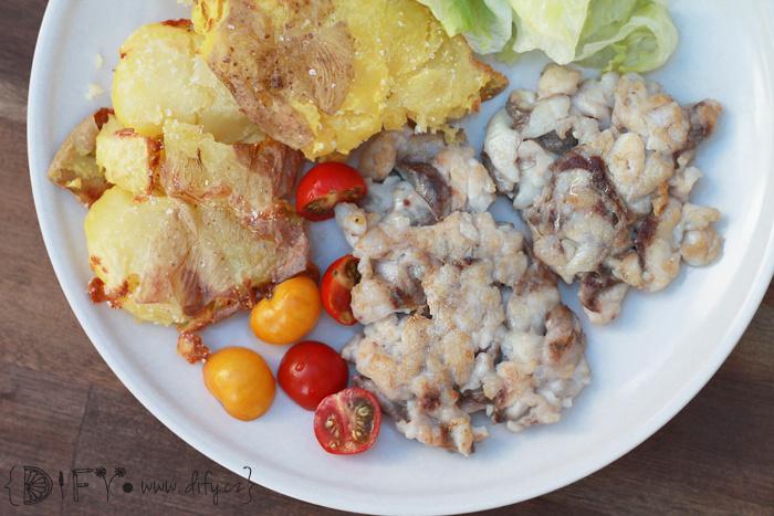 Rybí placičky s rozplácnutým pečeným bramborem