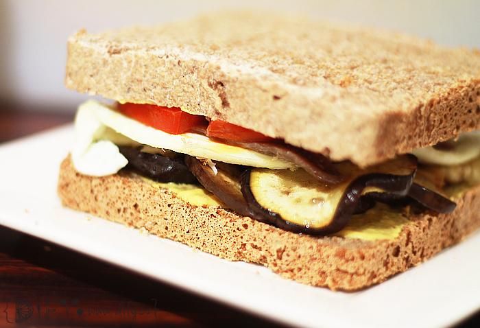 Celozrnný sendvič plněný likem, vajíčkem, ančovičkami a rajčetem
