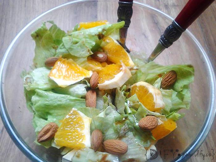 Svěží zelený salátek s pomerančem