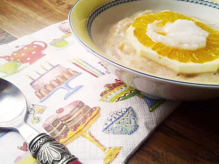 Zdravá krupicová kaše s pomerančem a skořicí