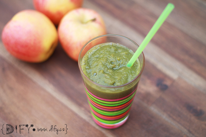 Zelené smoothie z římského salátu, jablka a banánu