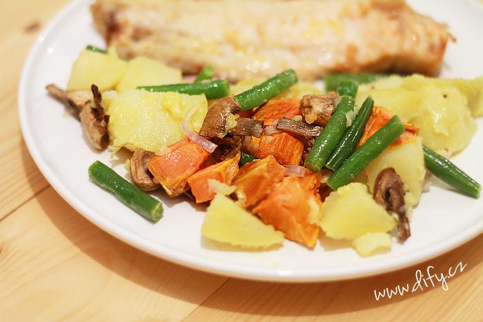 Barevný bramborový salát s olejovou zálivkou