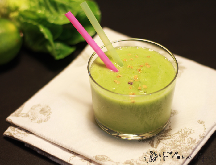 Dietní zelené smoothie s ananasem a okurkou