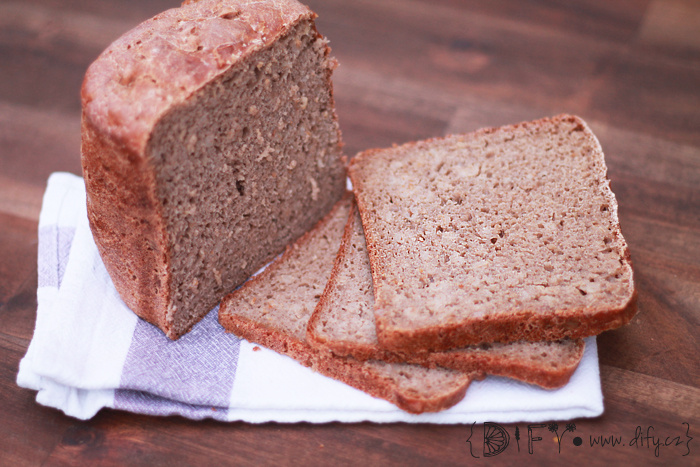 Domácí celozrnný chléb s celými zrníčky