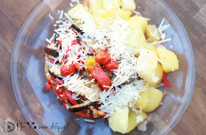 Pečená zelenina s bramborem a pěknou porcí sýra