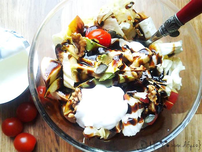 Velký salát mnoha chutí a barev