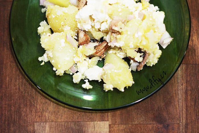 Bramborový salát s žampiony a sýrem