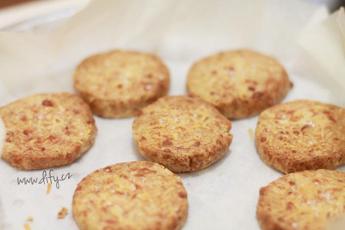 Celozrnné sýrové sušenky s parmezánem