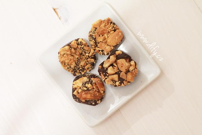 Domácí čokoládové bonbony s praženými arašídy