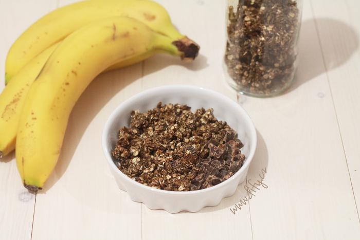 Domácí nízkokalorická granola s kokosem, banánem, karobem a čokoládou