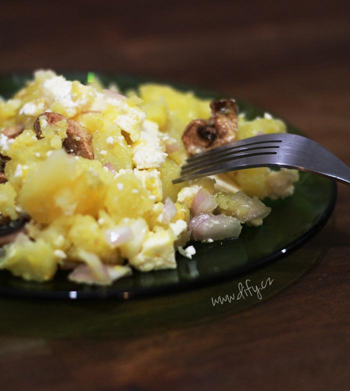Jednoduchý bramborový salát s olejovou zálivkou