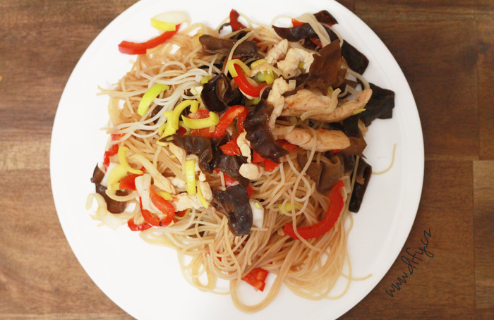 Rýžové nudle s krůtím masem, zeleninou a čínskou houbou