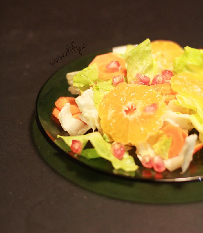 Salát s římským salátem, granátovým jablkem a mandarinkou