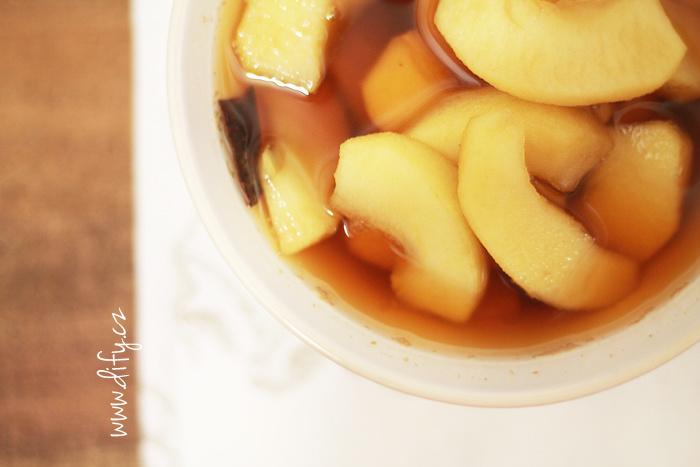 Teplý jablkový kompot s džusem