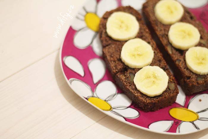Kakaový chlebíček s čokoládou a ořechy obložený banánem