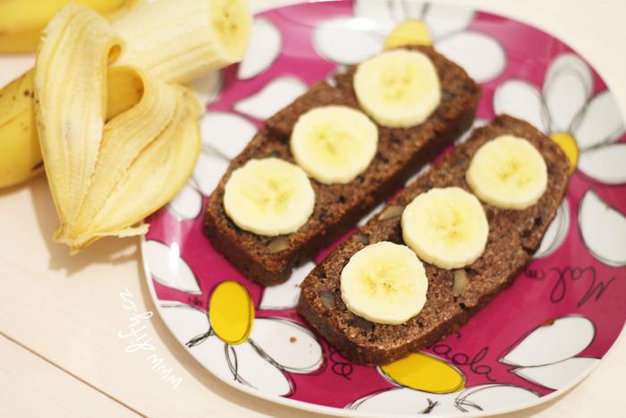 Kakaový chlebíček s čokoládou a ořechy a banánem