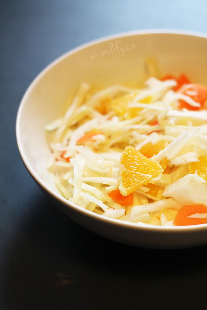 Jednoduchý salát ze zelí, mrkve a pomeranče