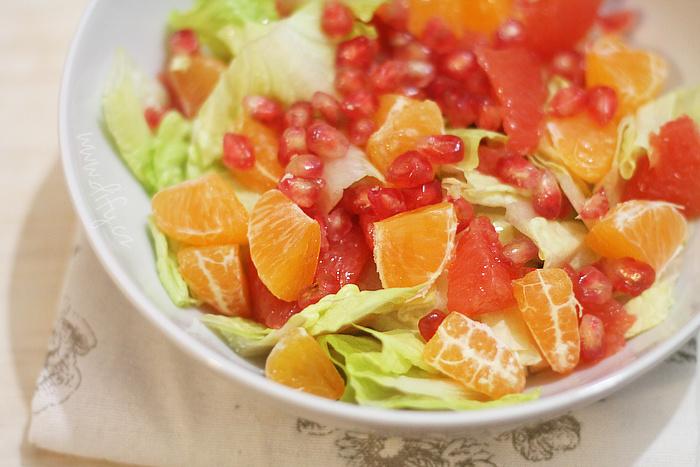Pestrý salát z římského salátu a ovoce