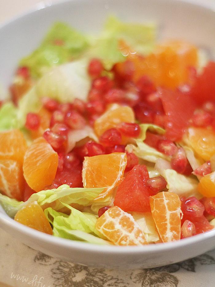 Římský salát s grepem, mandarinkou a granátovým jablkem
