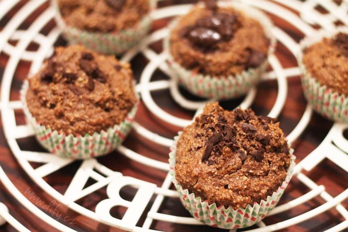 Celozrnné ovesno pšeničné muffiny s banánem a kakaem