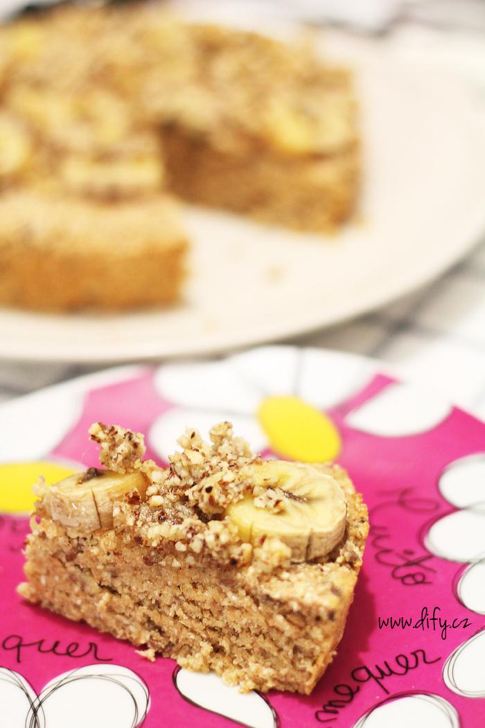 Celozrnný koláč s banánem a lískooříškovou drobenkou
