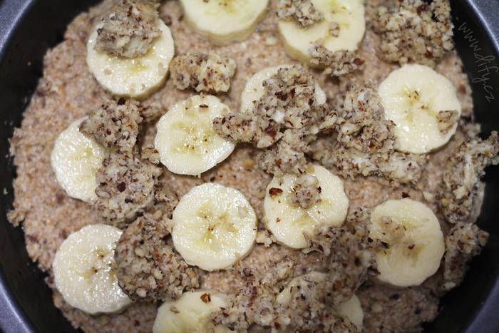 Celozrnný koláč z pšenice a ovsa s banánem