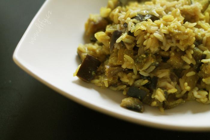 Kari rýže s lilkem a žampiony