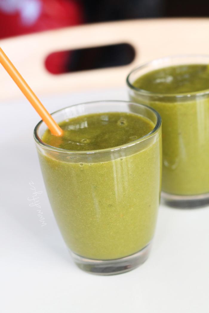 Zelené smoothie se špenátem, mrkví, banánem a grepem