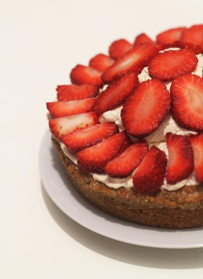 Celozrnný dortík s vanilkovým krémem a jahodami