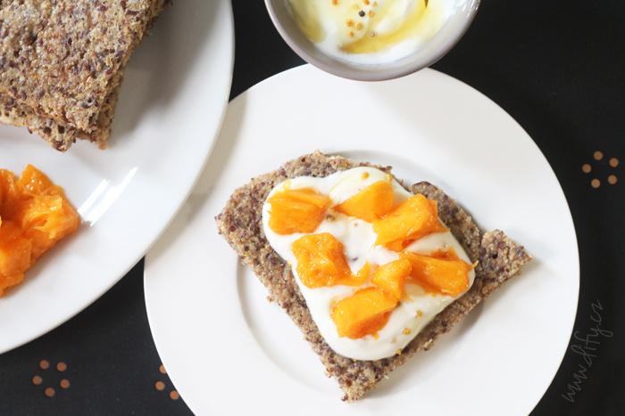 Celozrnný lívanec s medovým jogurtem a ovocem