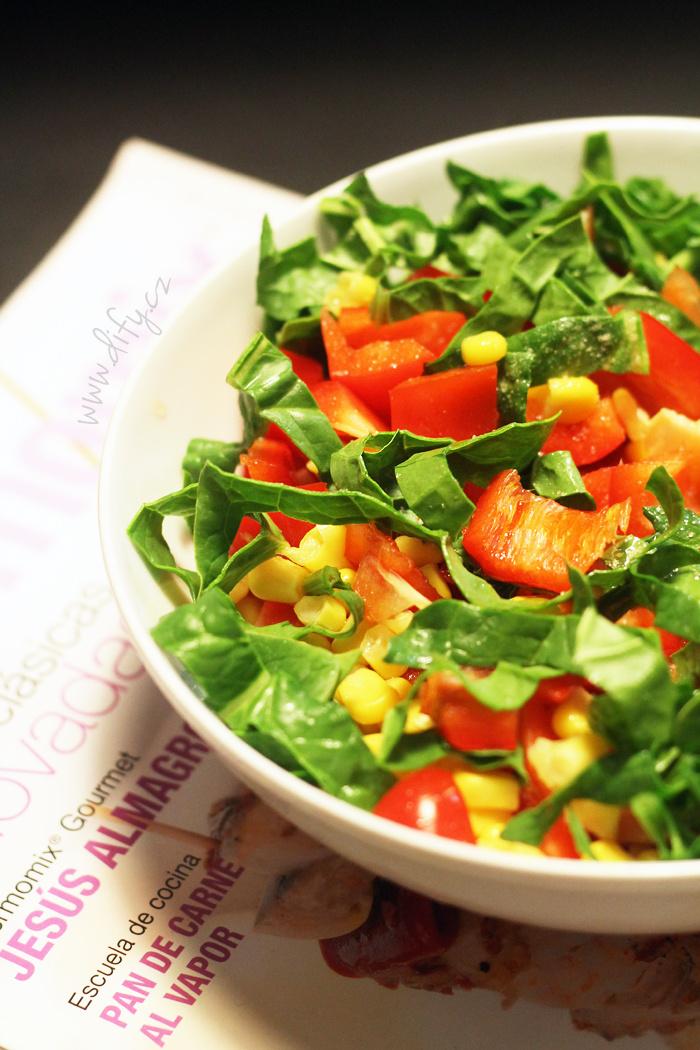 Paprikový salát s kukuřicí a špenátovými listy