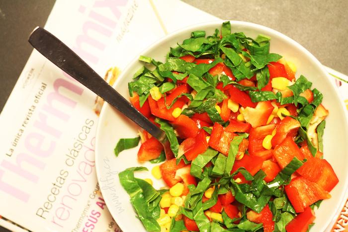 Tříbarevný salát z červené papriky, kukuřice a špenátu