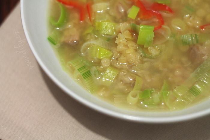 Domácí polévka s červenou čočkou a zeleninou
