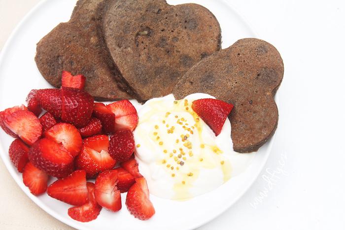 Kukuřičné lívance s karobem, jogurtem a jahodami