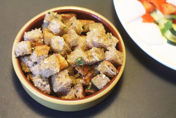 Bylinkové krutony z domácího chleba s olivovým olejem