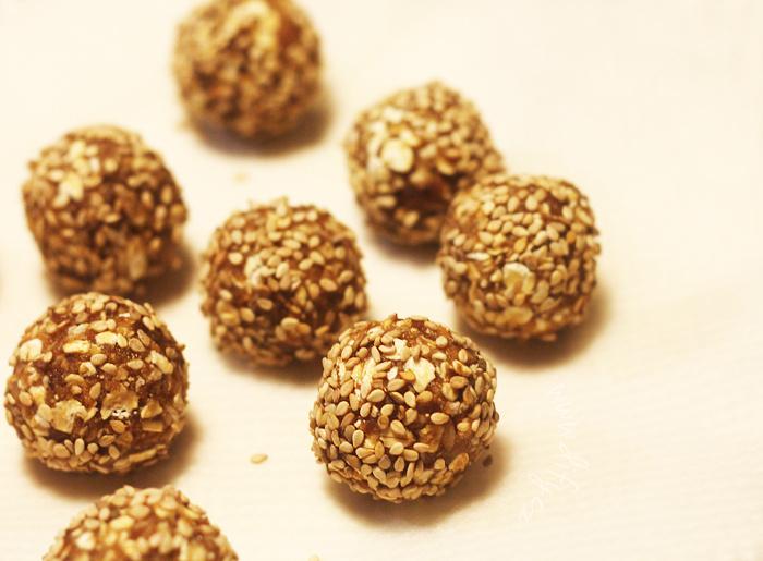 Datlové kuličky se skořicí a vločkami obalené v sezamu