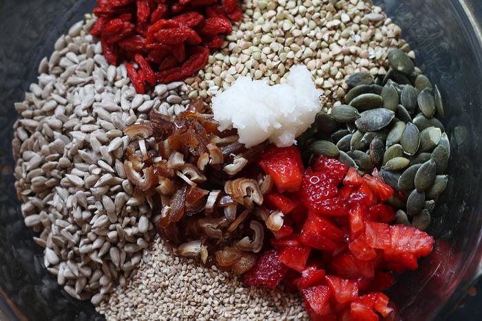 Příprava bezlepkové granoly s jahodami a goji