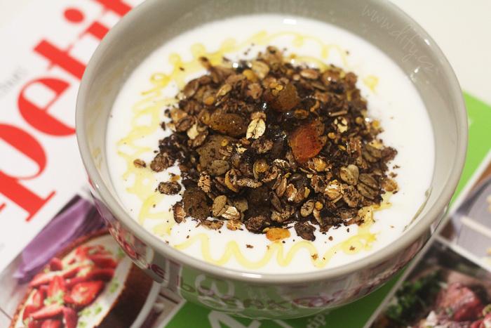 Karobová granola s kokosem a meruňkami