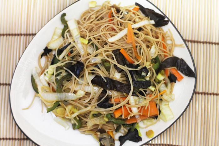 Asijské nudle se zeleninou a sojovou omáčkou